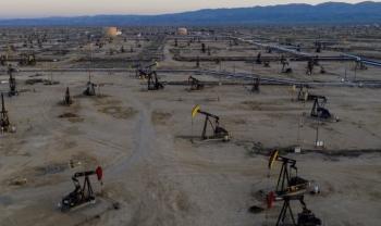 Giá dầu giảm sau khi OPEC+ đồng ý cắt giảm sản lượng