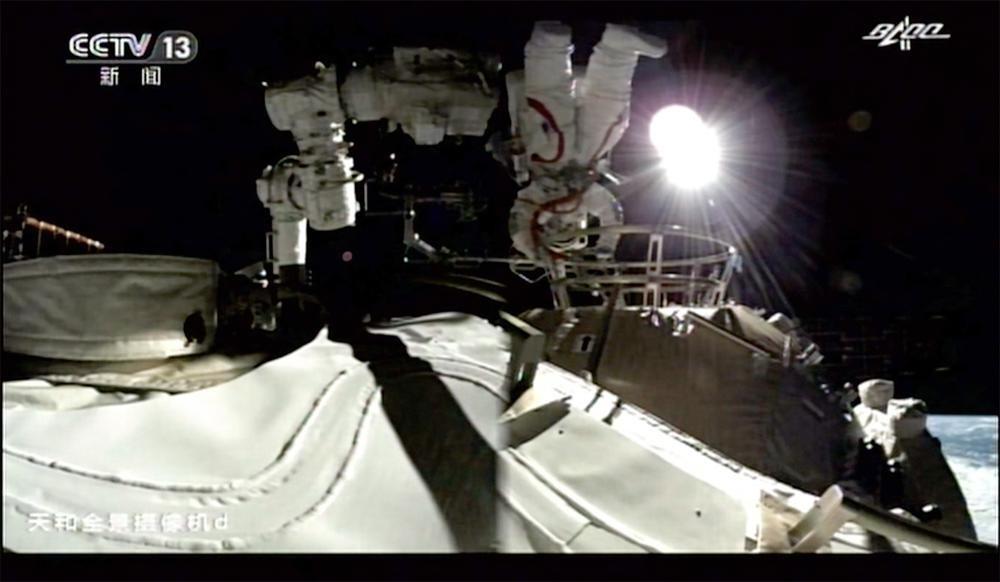 Phi hành gia Trung Quốc lần đầu tiên đi bộ ngoài không gian trạm vũ trụ mới