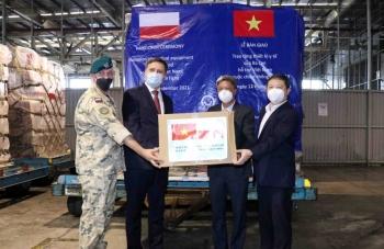 Việt Nam tiếp nhận lô thiết bị y tế trị giá gần 4 triệu USD do Chính phủ Ba Lan trao tặng